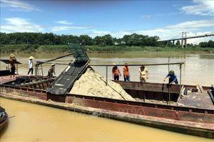 Bắt giữ 6 thuyền khai thác cát trái phép trên sông Lam