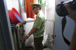 Bắt quả tang cơ sở sản xuất nước mắm bẩn tại Bình Dương