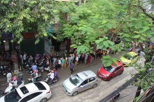 Nhiều người ở xa cũng đến xếp hàng cả tiếng đồng hồ chờ mua, tiệm bánh trung thu Bảo Phương liên tục treo biển hết hàng