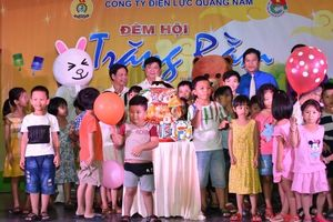 'Đêm hội trăng rằm' đến với trẻ Làng Hòa Bình