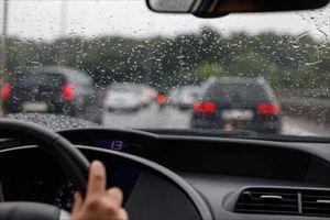 Những điều cần nhớ khi lái xe ô tô mùa mưa bão