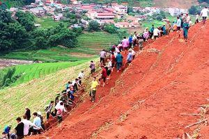 Gạt đồi, san núi khai hoang ruộng bậc thang ở Mù Cang Chải