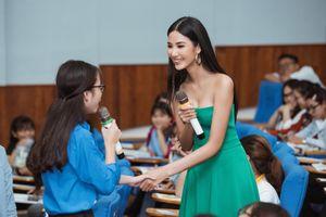 Á hậu Hoàng Thùy 'truyền' bí quyết tự tin trước đám đông cho sinh viên