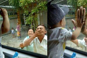Nghẹn lòng phận gái lấy chồng xa: Ông bà ngoại bịn rịn vẫy tay chào cháu trai nhỏ qua cửa kính ô tô