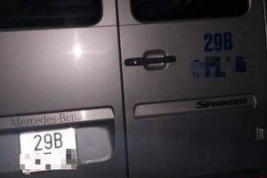 Tài xế chết trên xe Mercedes Benz đưa đón học sinh, trên tay vẫn cầm kim tiêm dính máu