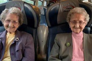 Cặp sinh đôi cao tuổi nhất nước Anh tiết lộ bí quyết sống lâu