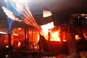 Chợ Mộc Bài cháy dữ dội, hàng trăm tiểu thương 'chết điếng'