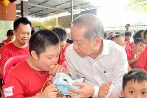 Lãnh đạo tỉnh Thừa Thiên Huế trao quà cho trẻ em khuyết tật nhân dịp Tết Trung thu