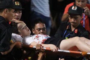 Nữ CĐV nhập viện khẩn cấp vì trúng pháo sáng trên sân Hàng Đẫy!