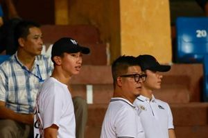 Chờ ngày sang Hà Lan, Văn Hậu làm khán giả trận Hà Nội hạ Nam Định với tỷ số một ván tennis