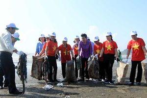 Lãnh đạo Bộ TN-MT dọn vệ sinh 'chống rác thải nhựa' dọc bờ biển Đồ Sơn