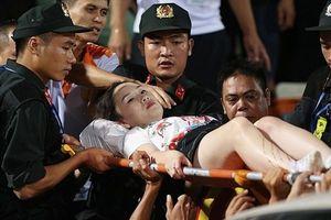 Quả pháo như tên lửa nhắm thẳng khán đài thách thức bóng đá Việt