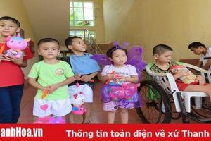 Tặng 30 suất quà cho trẻ em mồ côi, khuyết tật