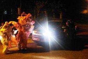 Nhóm thiếu niên múa lân chặn đầu ô tô 'xin' tiền: Công an nói gì?