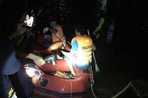 Kịp thời cứu vớt 6 người dân bị lật đò trên sông Lạch Bạng, Thanh Hóa