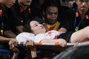 Công an điều tra vụ nữ cổ động viên trọng thương vì dính pháo sáng trên sân Hàng Đẫy