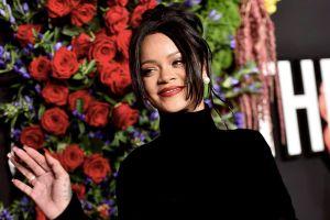 Rihanna bị dìm dáng khi diện váy 'lồng bàn' ôm sát cơ thể