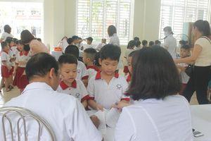 Chùm ảnh: Khám sức khỏe cho 2.000 học sinh gần nhà máy Rạng Đông