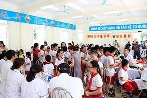 Hơn 1.700 học sinh phường Hạ Đình được khám sức khỏe sau vụ cháy Công ty Rạng Đông