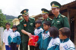 Tặng quà Trung thu cho các cháu 'Con nuôi đồn Biên phòng'