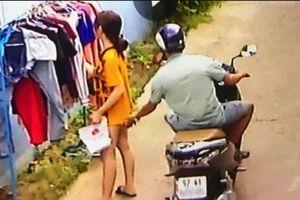 Thanh niên phóng xe máy sàm sỡ cô gái chỉ bị phạt 200.000 đồng?