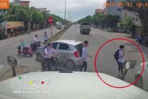 Qua đường thiếu quan sát, nam sinh suýt bị xe tải tông bay