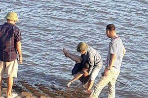 Rủ nhau đi tắm ở đê biển, 2 học sinh Nam Định đuối nước thương tâm