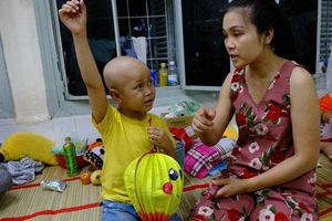 Trung thu của bé trai 5 tuổi bị mù vì khối u hiểm ác: 'Lồng đèn đâu sao con không thấy vậy mẹ…'