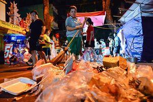 'Biển rác' trên đường phố sau những cuộc vui đêm Trung Thu