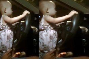 Bé gái cầm vô lăng điều khiển ôtô đi trong đêm