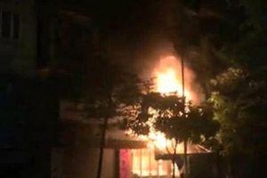Hà Nội: Nhà liền kề 4 tầng ở Hà Đông bốc cháy dữ dội trong đêm khuya
