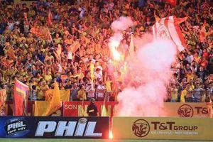 Đừng để pháo sáng làm 'tổn thương' tình yêu bóng đá