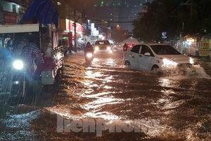 Mưa trắng trời, nhiều tuyến đường Sài Gòn ngập nặng