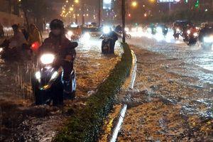 Mưa lớn kéo dài, nhiều tuyến đường tại TP Hồ Chí Minh ngập nặng