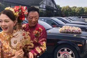 Cô dâu trẻ xinh đẹp tươi cười sánh bước bên chú rể đại gia lớn tuổi, biểu cảm gương mặt của bố mẹ nữ chính gây chú ý hơn cả