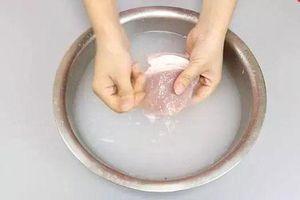 Đừng rửa trực tiếp, bạn phải dùng thứ này thịt lợn mới sạch hết bụi bẩn