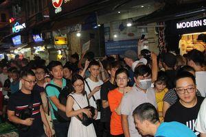 Dòng người ken đặc, ngộp thở chen chân ăn uống ở phố Tạ Hiện đêm Trung thu