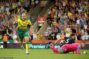 Thua sốc Norwich City, Man. City 'hụt hơi' trước Liverpool