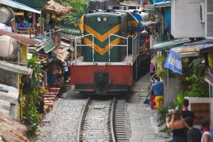 Tàu hỏa chạy xuyên qua nhà dân ở Hà Nội lọt top ảnh tuần Zing.vn
