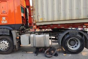 Hải Phòng: Xe container cuốn người đàn ông đi xe đạp vào gầm