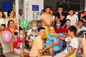 Rơi nước mắt hình ảnh đón Trung thu của những trẻ ở bệnh viện Ung bướu