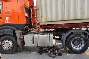 Người đàn ông đi xe đạp địa hình chết thảm dưới gầm xe container
