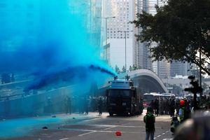 Cảnh sát Hong Kong phun vòi rồng, bắn hơi cay vào người biểu tình