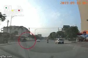 Chạy xe máy qua ngã tư với tốc độ cao, thanh niên đâm ngang xe của chiến sĩ cảnh sát