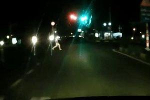 Cô gái bất ngờ lao ra giữa đường chặn đầu ôtô rồi ôm mặt khóc