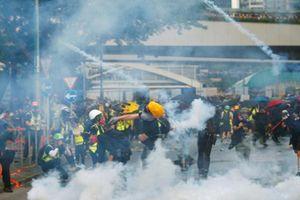 Hong Kong: Người biểu tình phóng lửa, ném bom xăng gây hỗn loạn