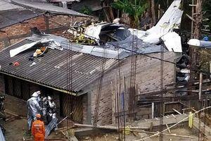 Hiện trường máy bay lao xuống nhà dân vỡ nát ở Colombia