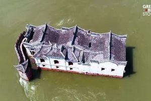 Cận cảnh ngôi đền 700 năm tuổi đứng vững giữa lòng sông Trường Giang