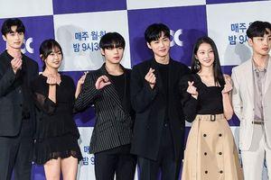 Park Ji Hoon - Kim Min Jae bừng sáng tại họp báo 'Mỹ nam đẹp hơn hoa' bản cổ trang