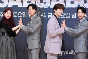 Suzy xinh đẹp quyến rũ bên Lee Seung Gi và Shin Sung Rok tại họp báo 'Vagabond'
